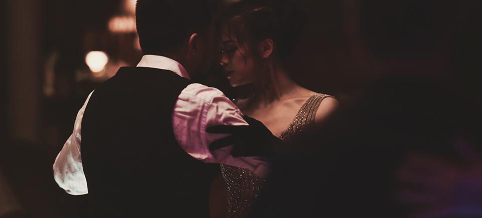 пара танцює танго