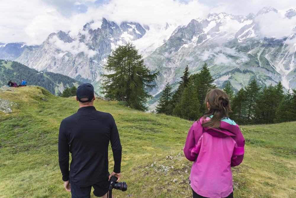 пара дивится на гору монблан