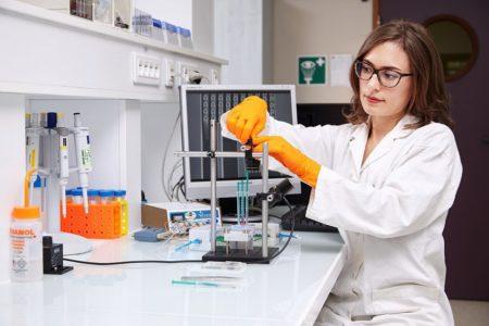 науковець у лабораторії
