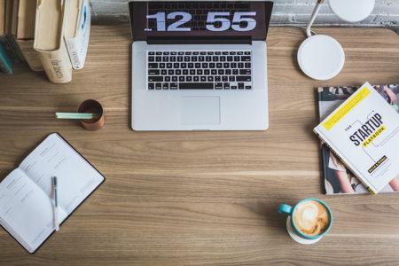 ноутбук, кава та записничок на столі