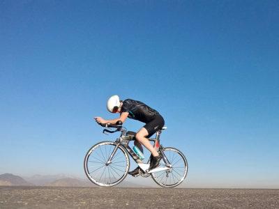 чоловік іде на спортивному велосипеді