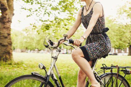 дівчина на велосипеді