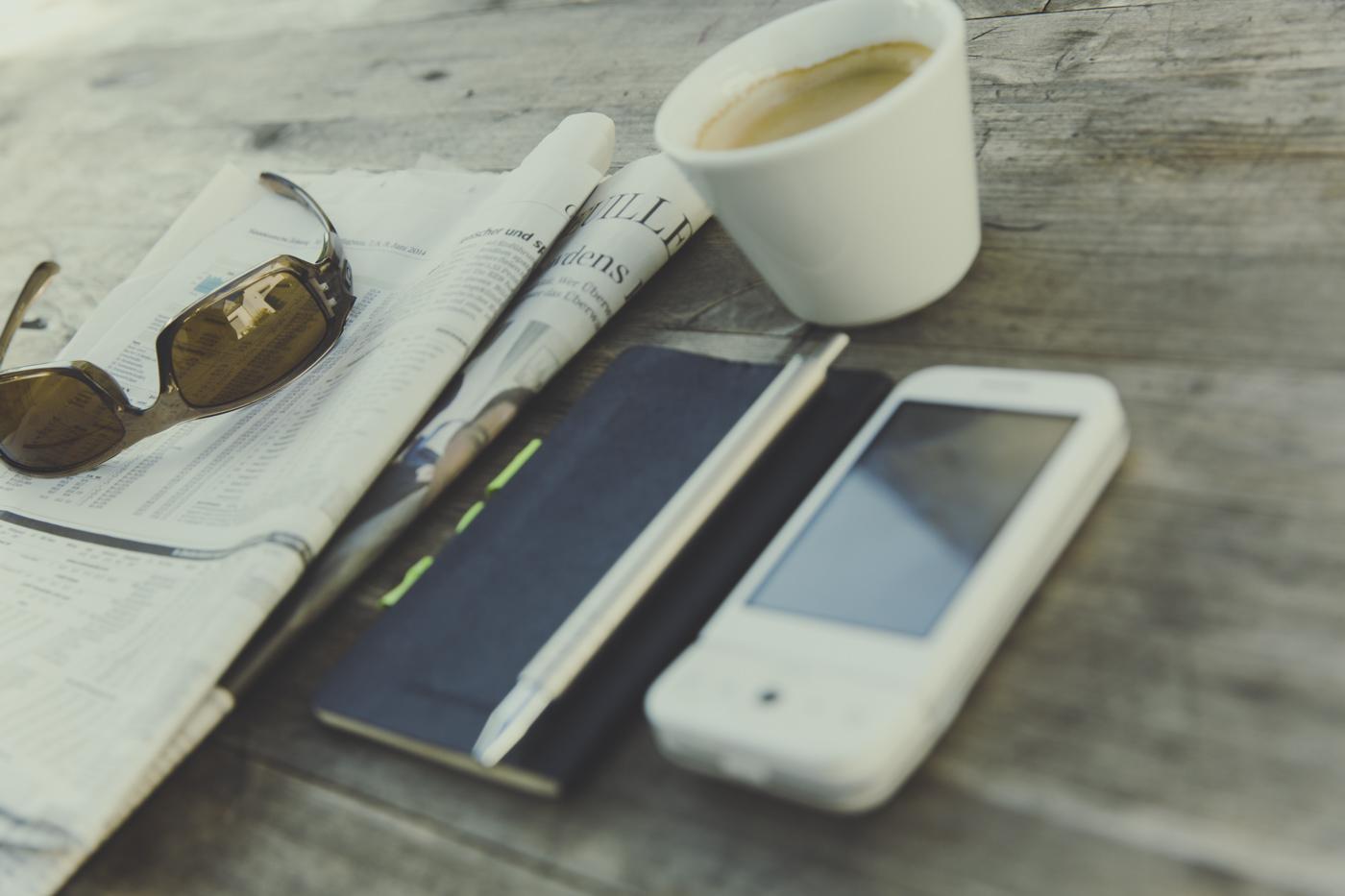 газета, телефон та кава
