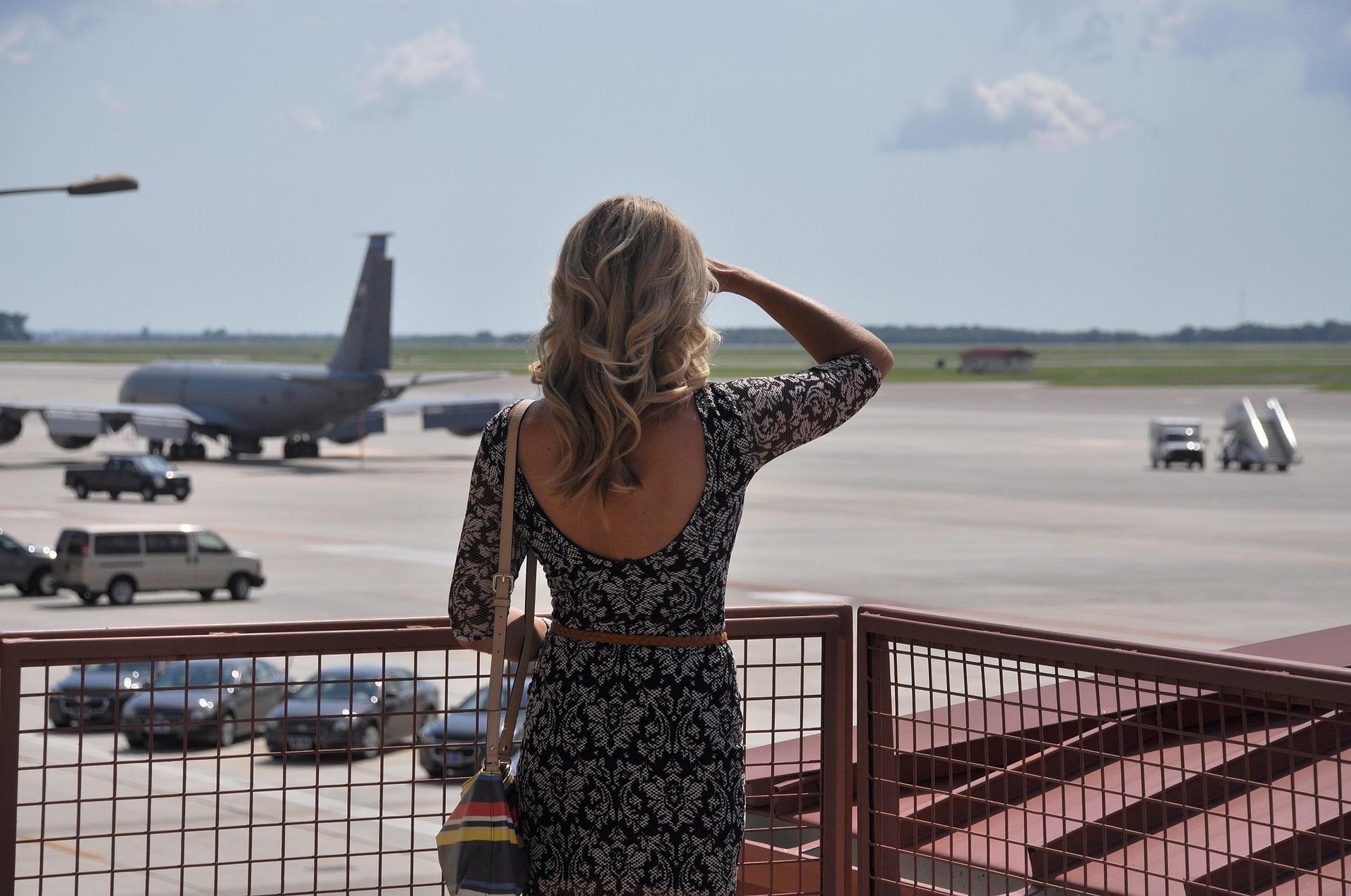 жінка в аєропорту