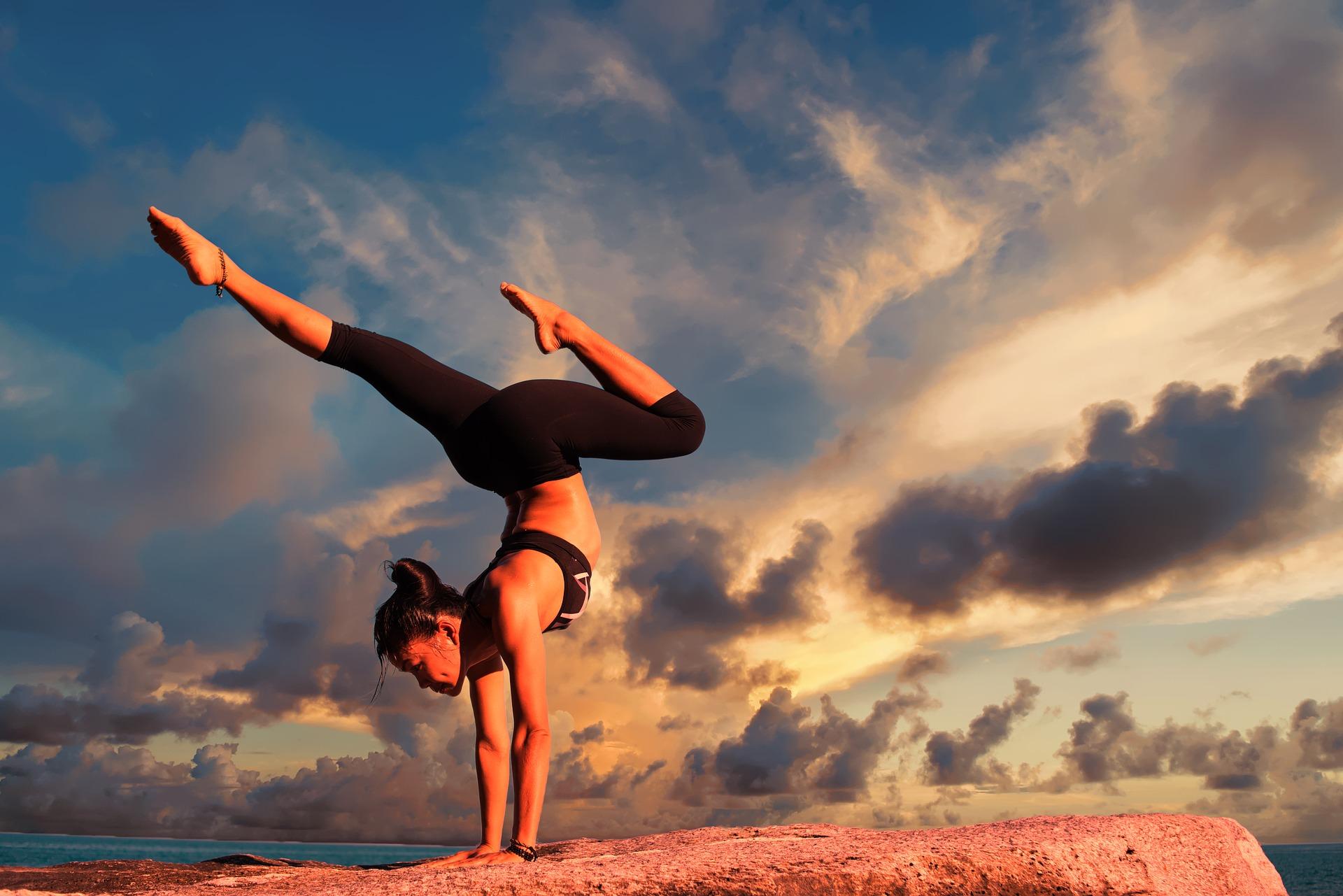 дівчина практикує йогу