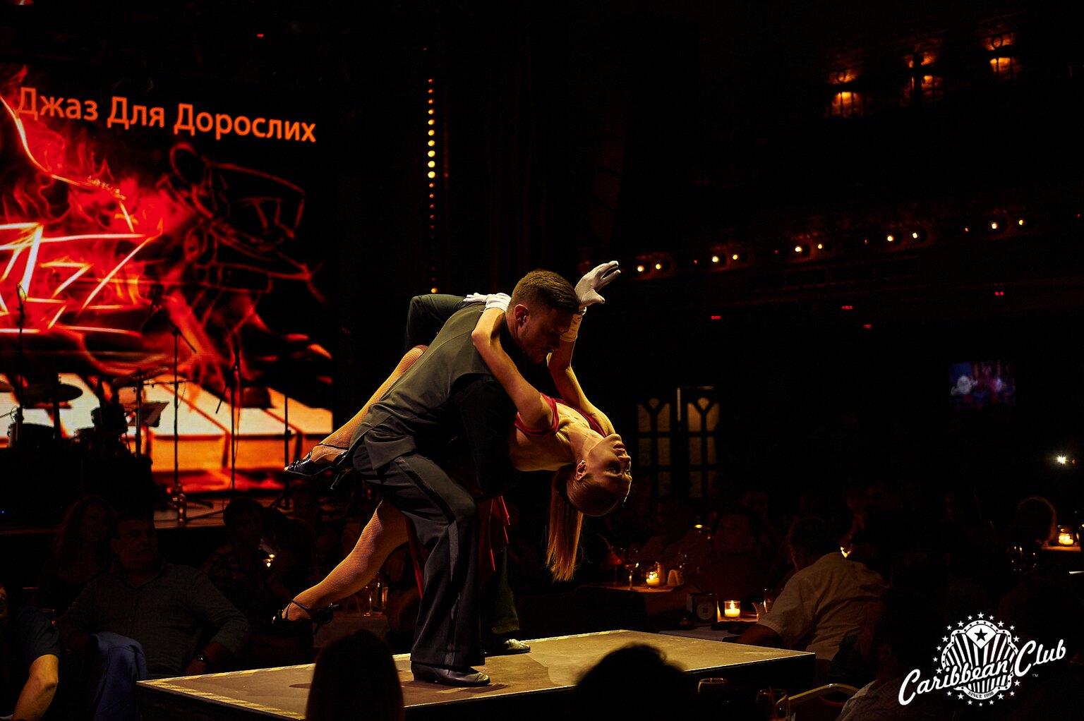 танцююча пара на сцені