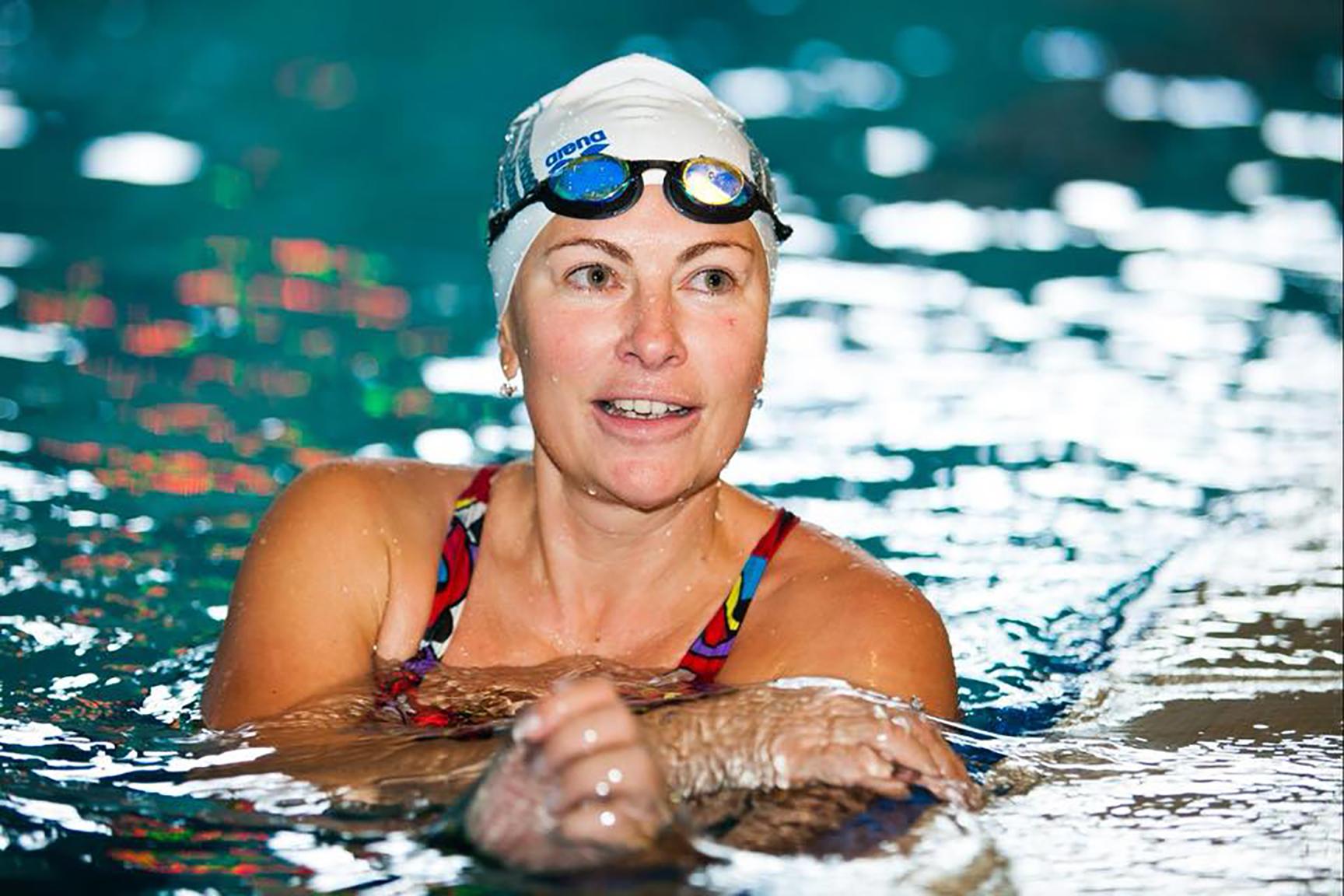 власта шовковська плаває у басейні
