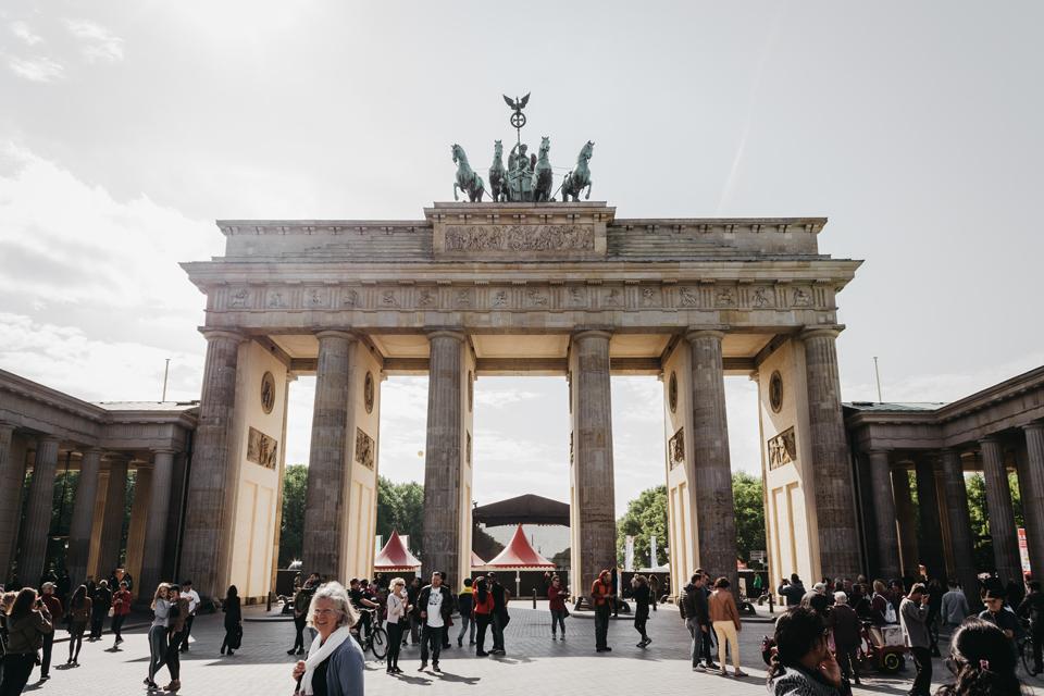 бранденбурзькі ворота з людьми
