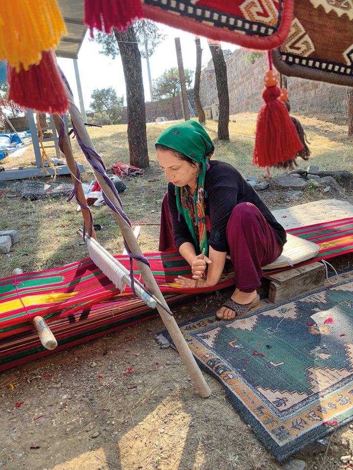 жінка робить килим