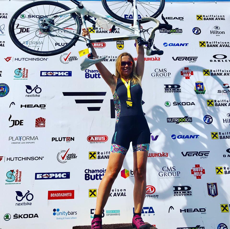 дівчина тримає велосипед