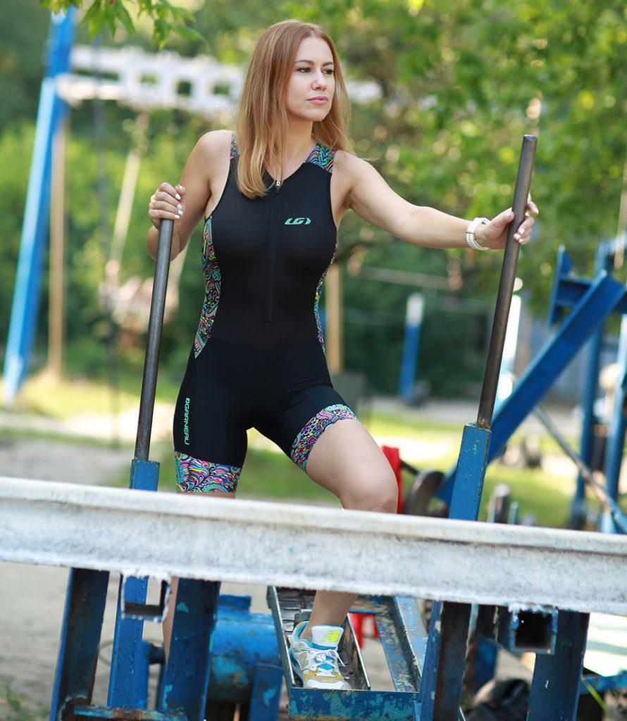дівчина на спортивному знарядді