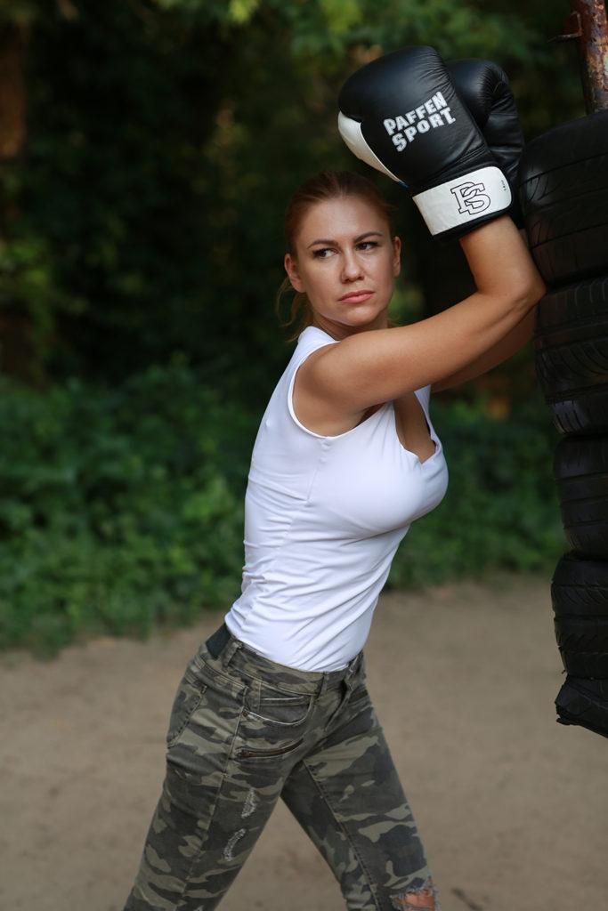 дівчина боксує