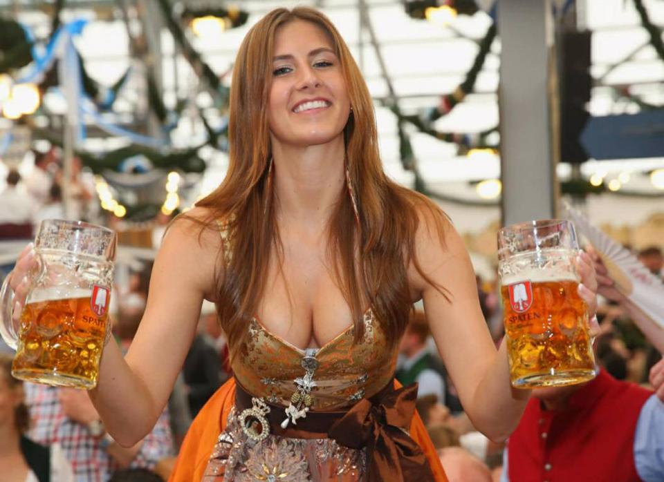 дівчина з бокалом пива