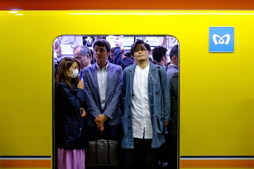 японське метро жінка та чоловіки