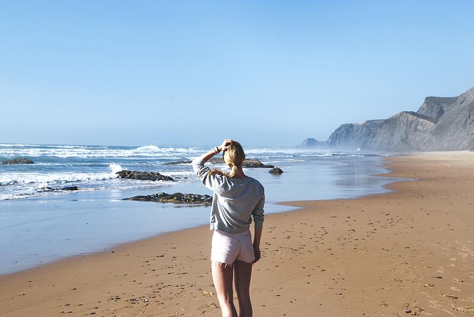 дівчина на узбережжі океану