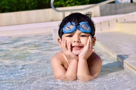 дитина у басейні