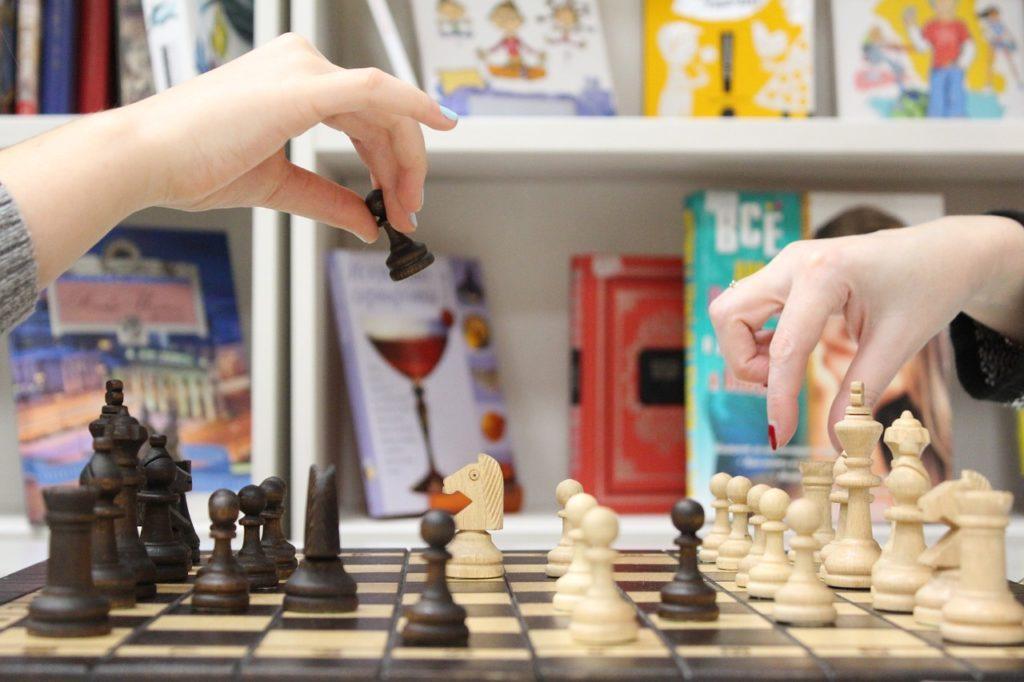 люди грають в шахи
