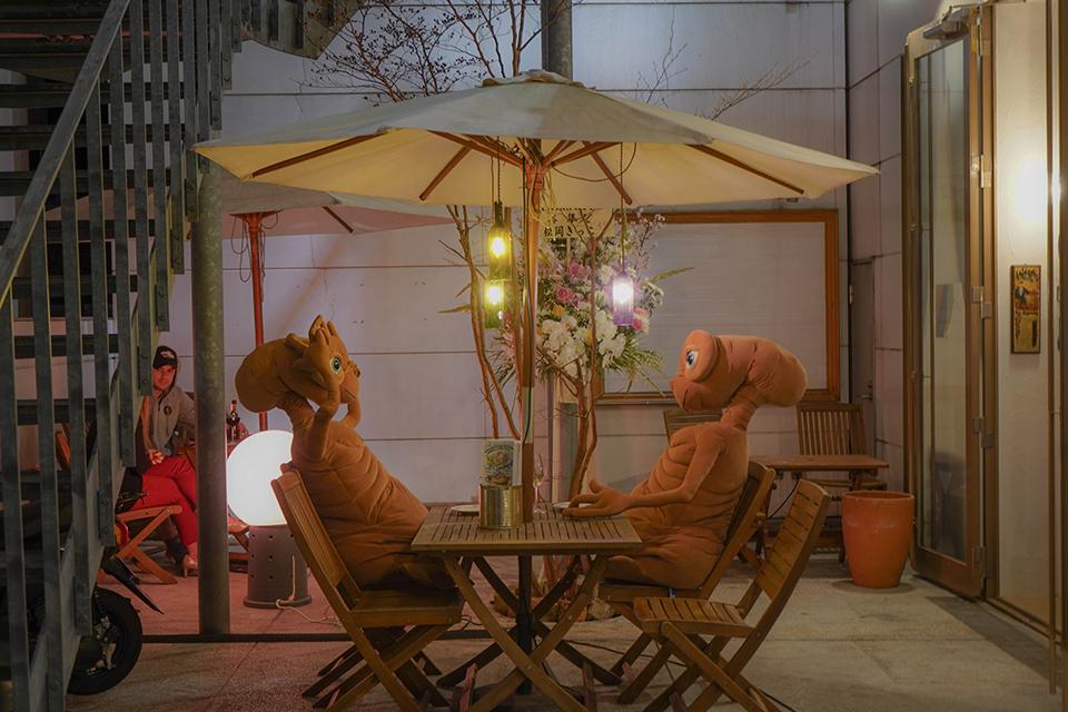 японсбке кафе з великими іграшками