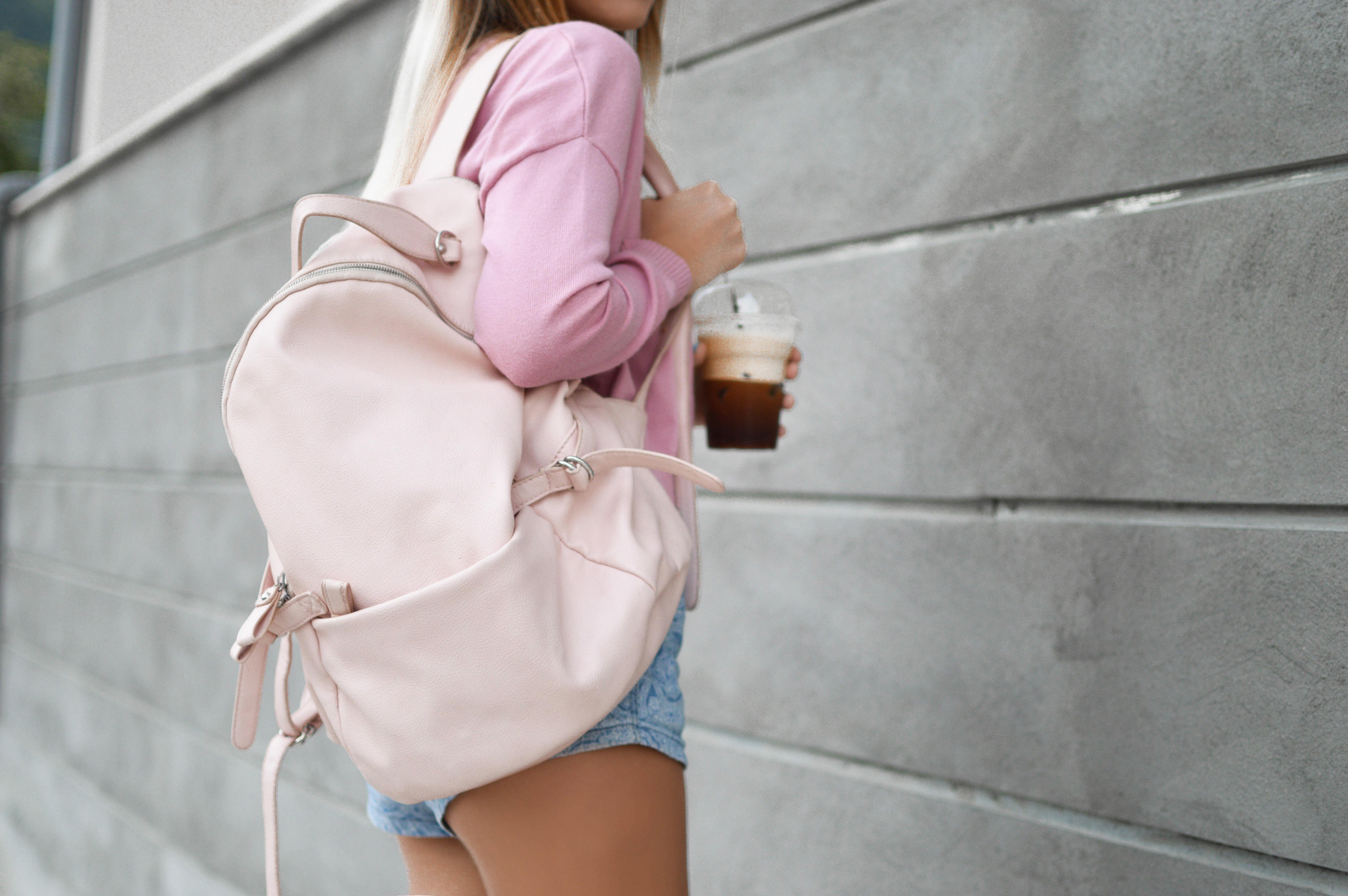 дівчина з рюкзаком