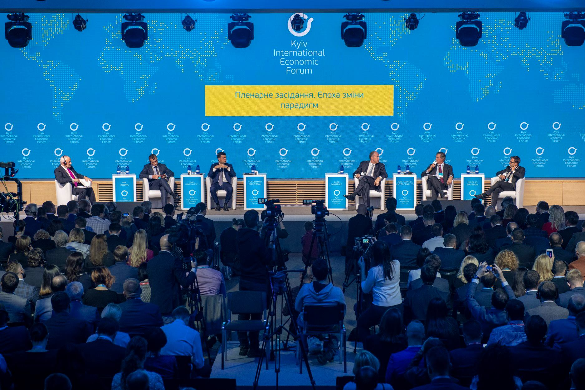 На Київському міжнародному економічному форумі, провідній міжнародній платформі, аналізують і обговорюють перспективи розвитку української та глобальної економіки, бізнесу, підприємництва, а також визначають їх вплив на політику та суспільство. Цьогоріч у Форумі, що відбудеться в КВЦ «Парковий», візьмуть участь понад 100 спікерів з понад 30 країн світу, а також майже 2000 учасників, серед яких бізнесмени, політики, експерти, науковці та підприємці. Серед найцікавіших тем — екосистема розвитку інновацій, освіта 4.0: як готувати людей до завтрашнього дня, а також ресурси, технології, процеси у цифровій трансформації.