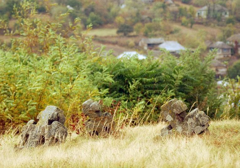 кладовище з десятками кам'яних козацьких хрестів