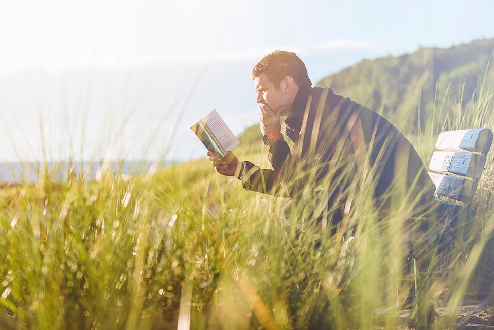 чоловік читає