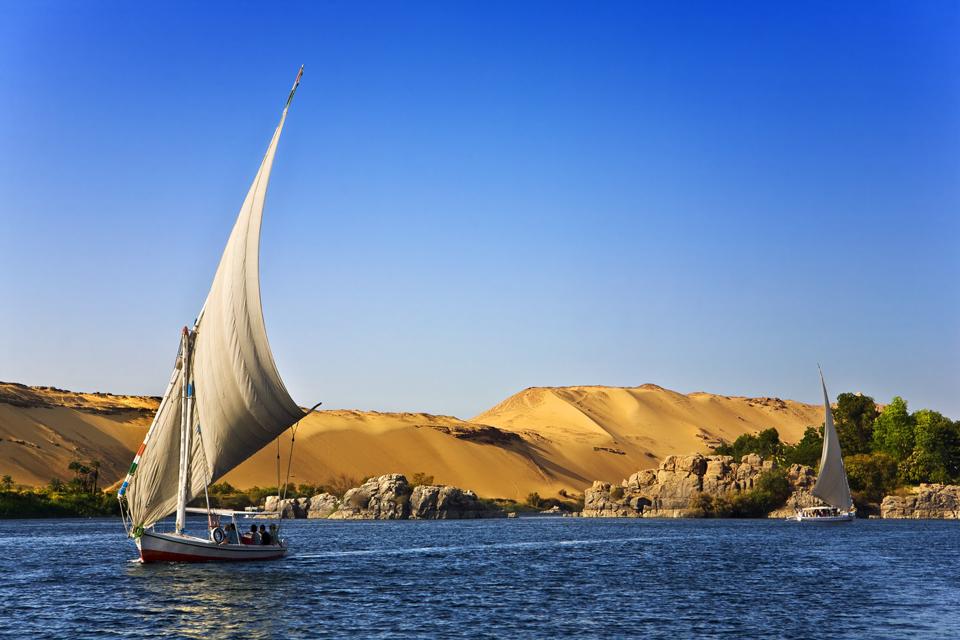 море, песчаные горы, парусник
