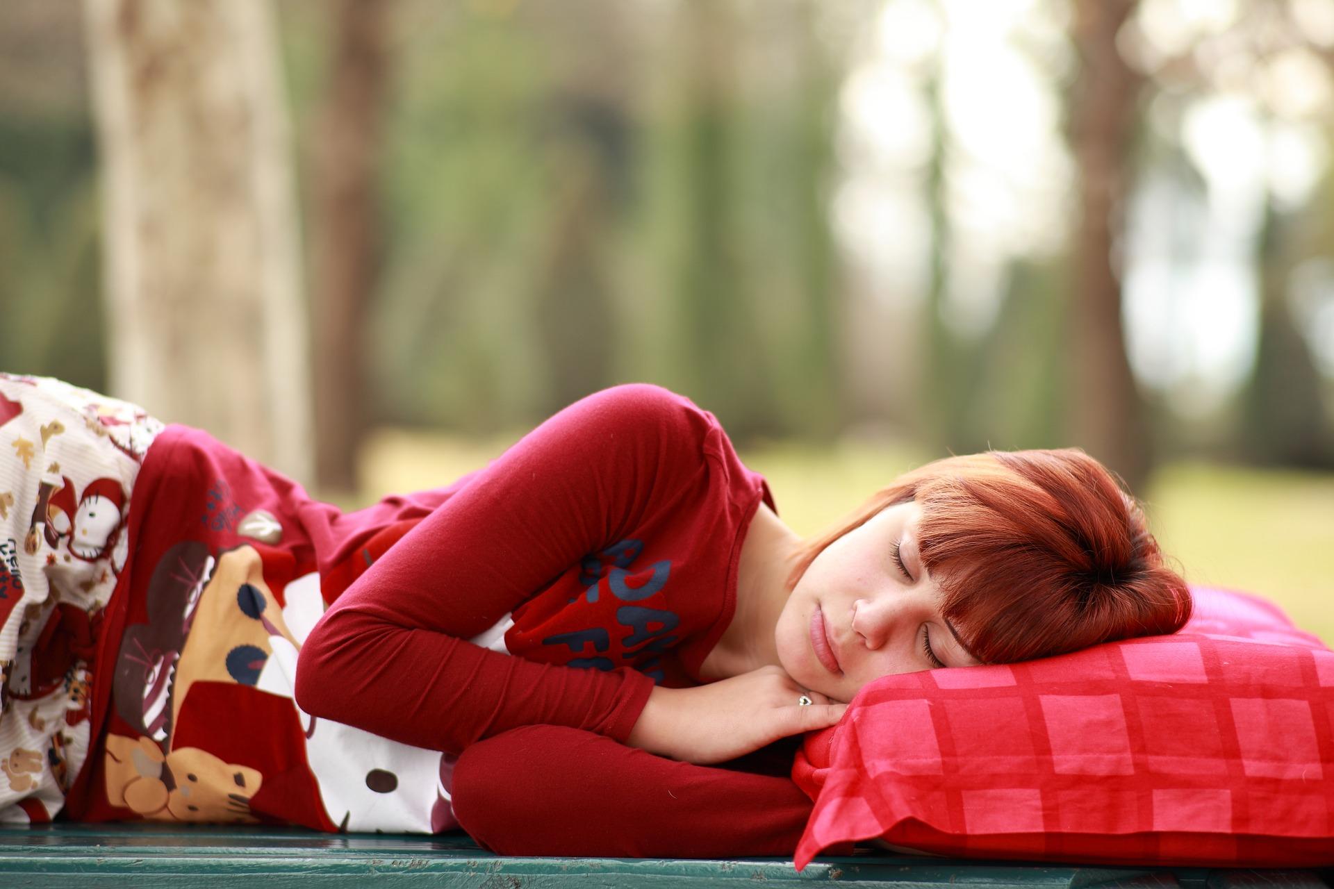 дивчина спить