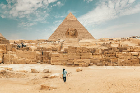 Девушка на фоне египетских пирамид