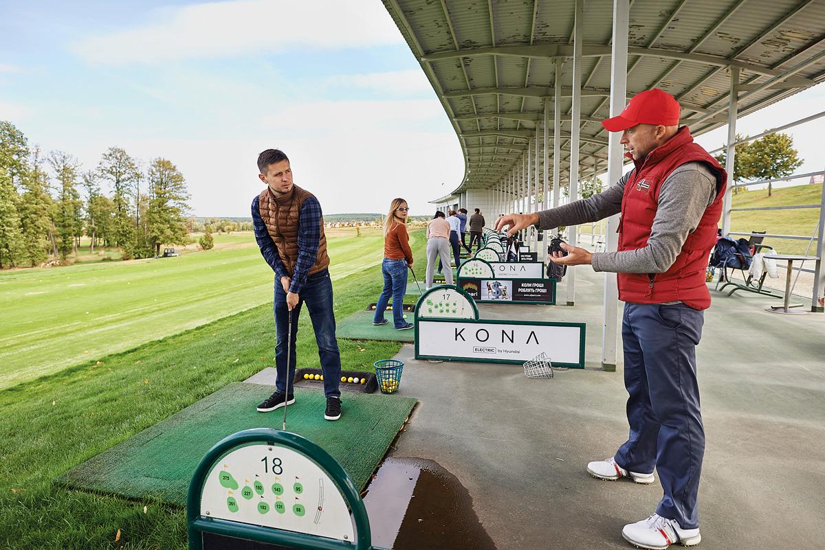 мужчина играющий в гольф