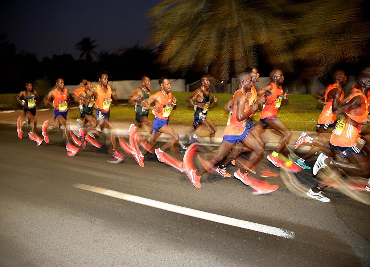 бегущие люди по дороге