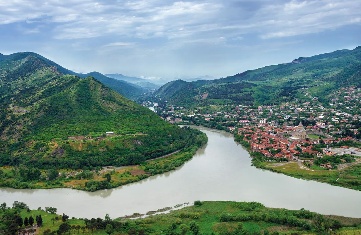 Грузия, горы, река, поселок