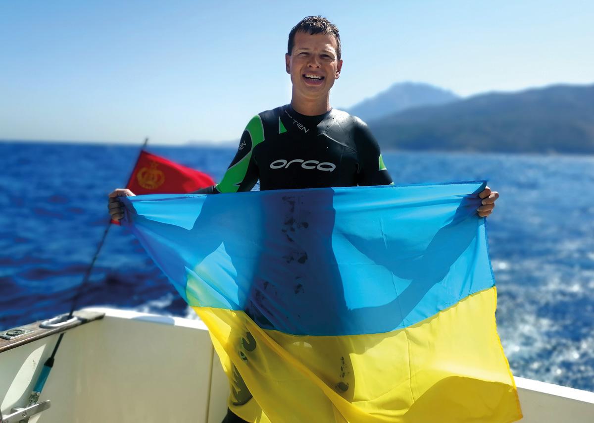 Человек с украинским флагом на лодке