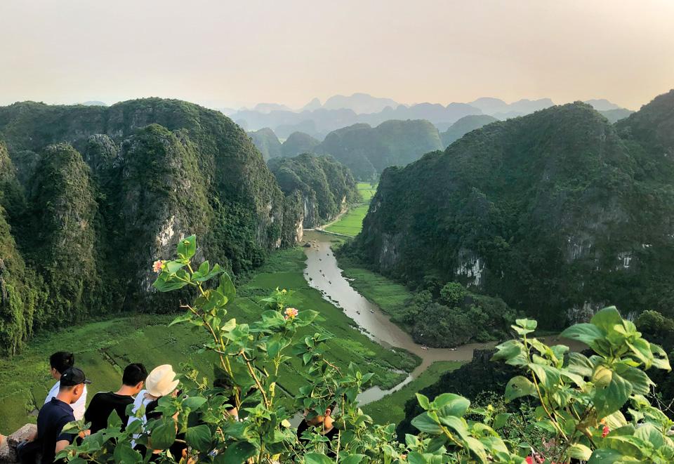 Парк, зеленые горы, река, люди