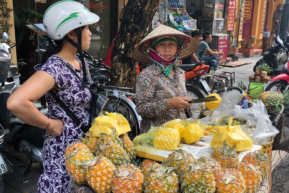 Люди продающие фрукты на улице