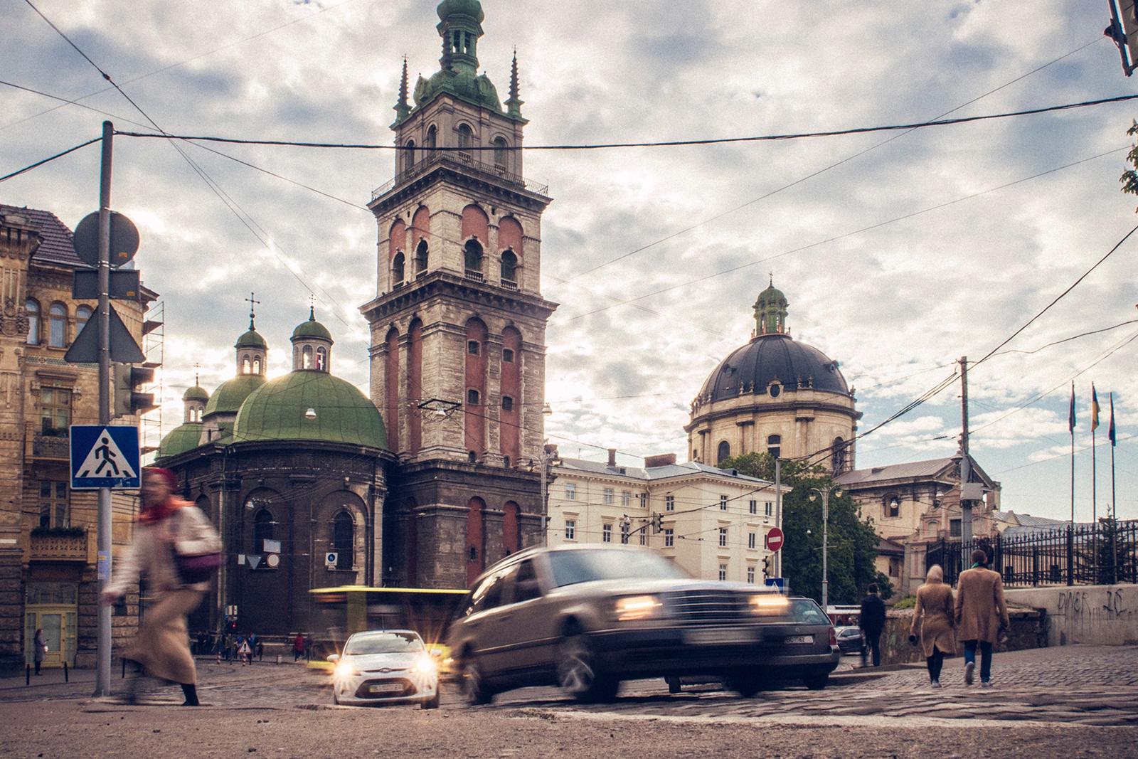 Вежа Корнякта, Успенська церква і каплиця Трьох Святителів