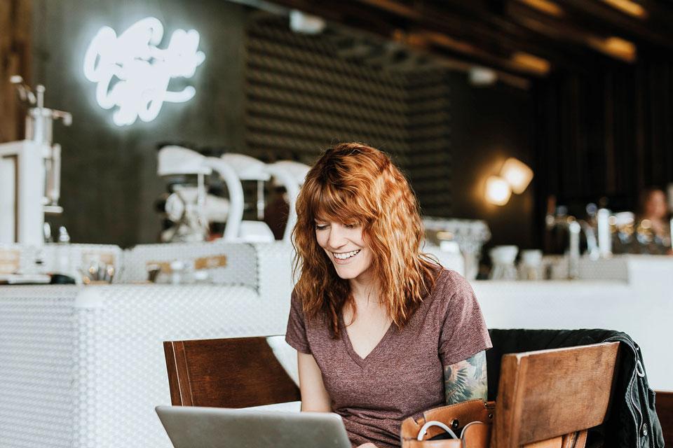 Женщина работает за компьютером
