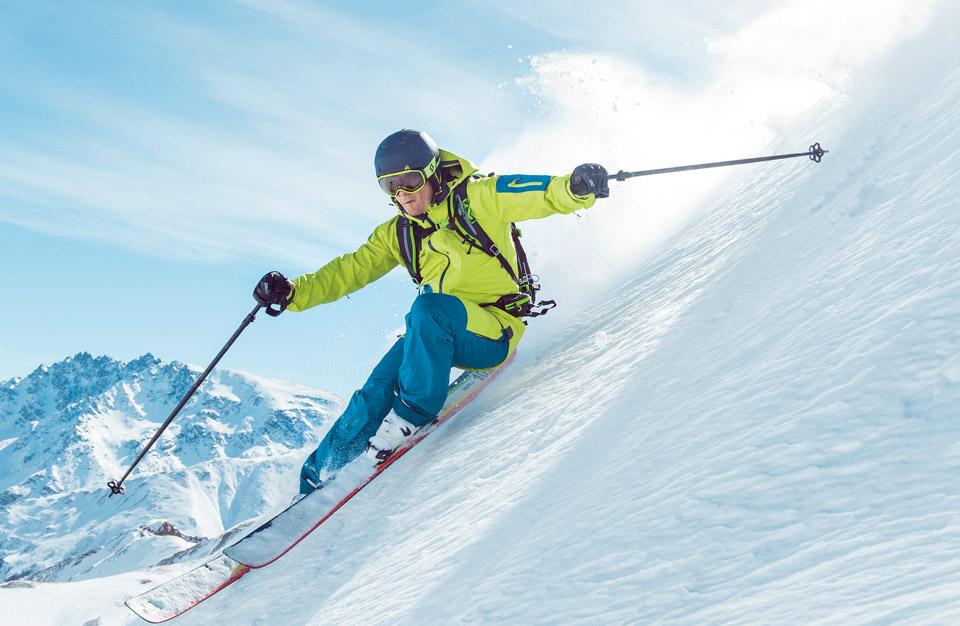 Лыжник спускающийся с горы