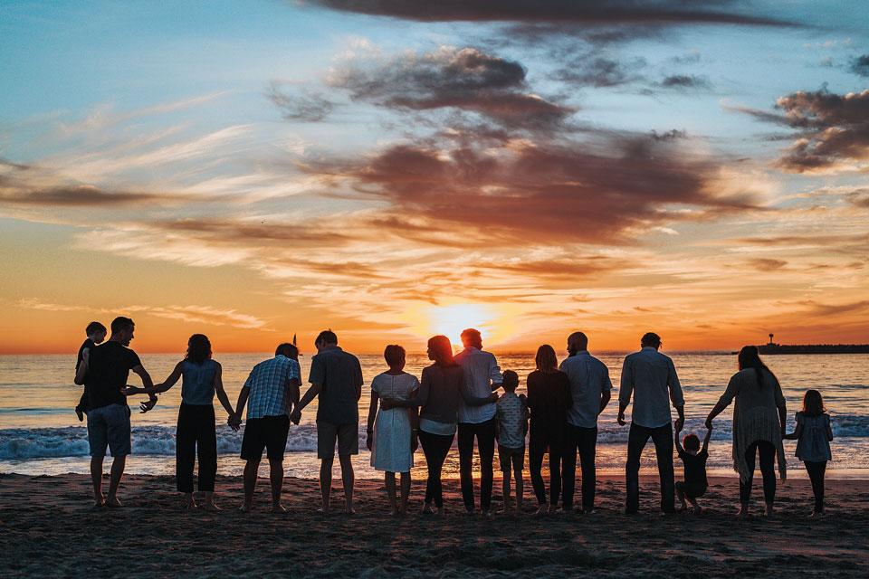 Люди на берегу моря, закат