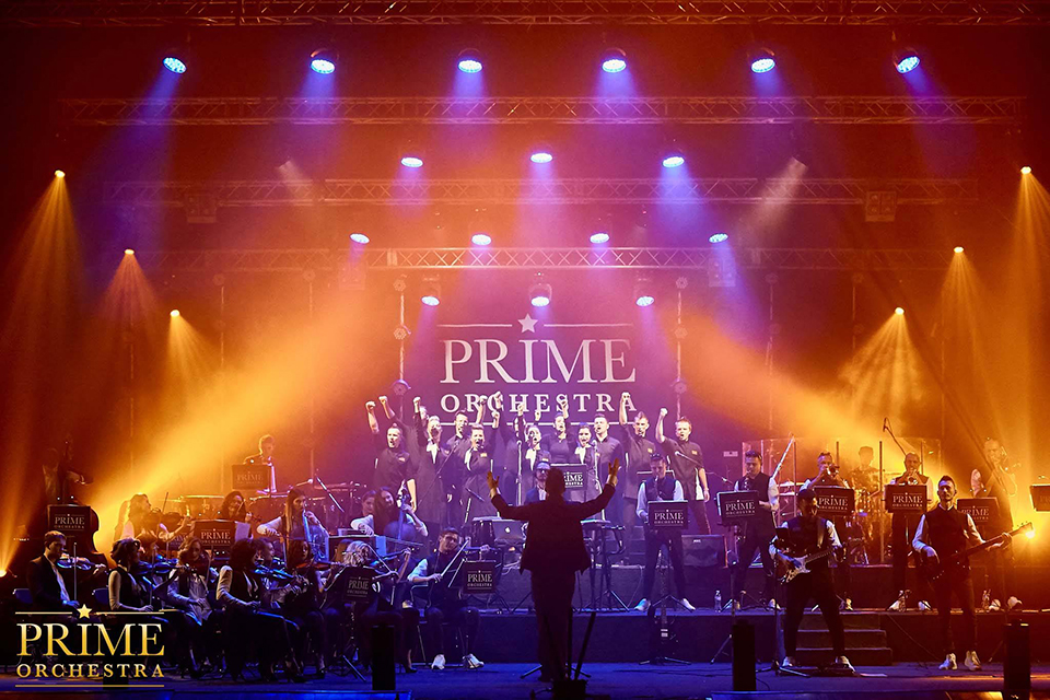 світові хіти виконує оркестр
