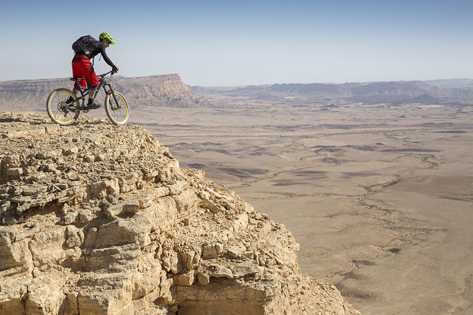 велосипедист в пустелі