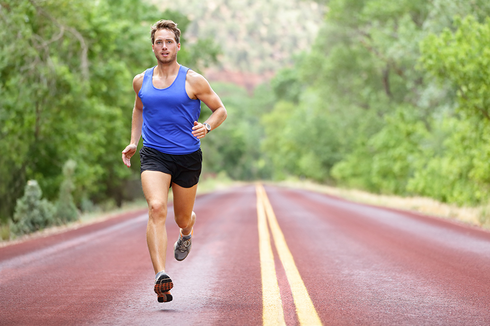 чоловік бігає