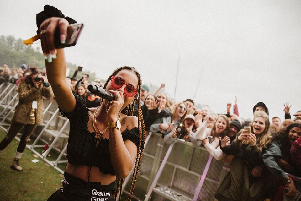 дівчина співає на концерті