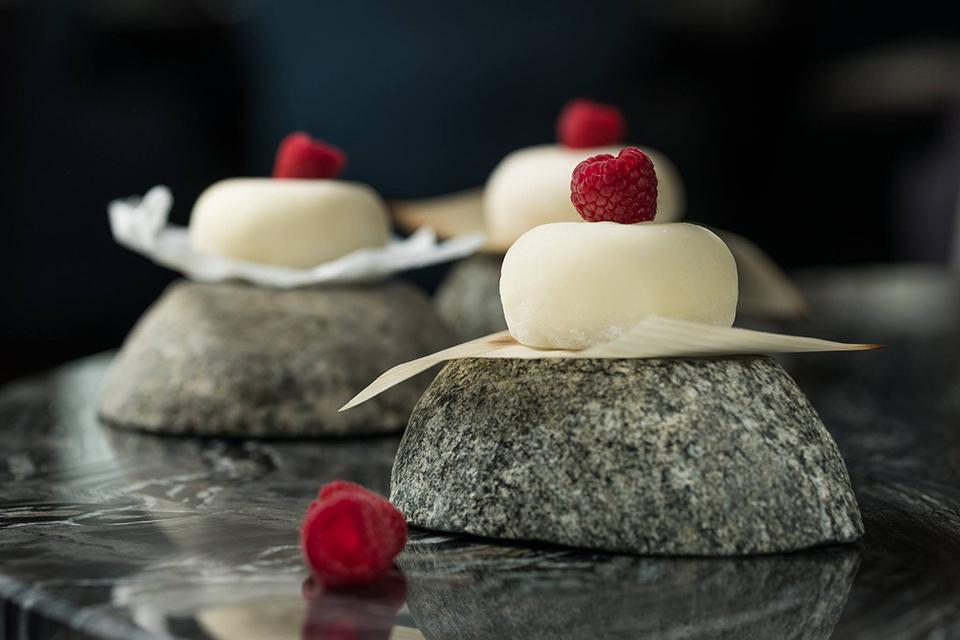 білий десерт з малиною