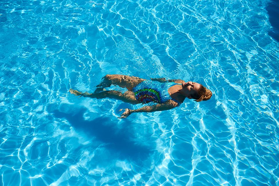 Жінка у басейні