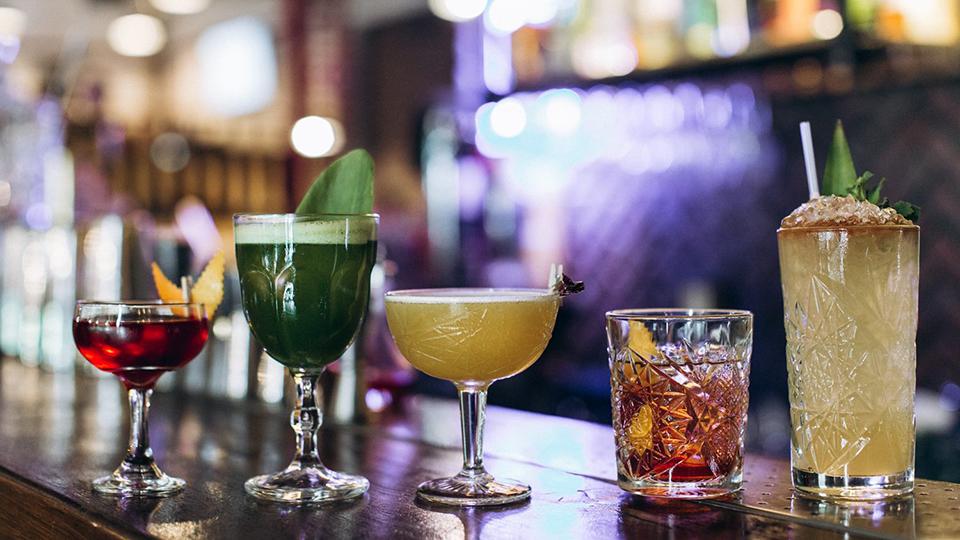 різнокольорові коктейлі