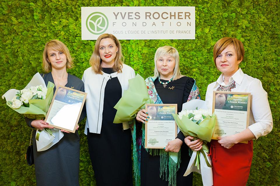 жінки на фоні брендволу Yves Rocher