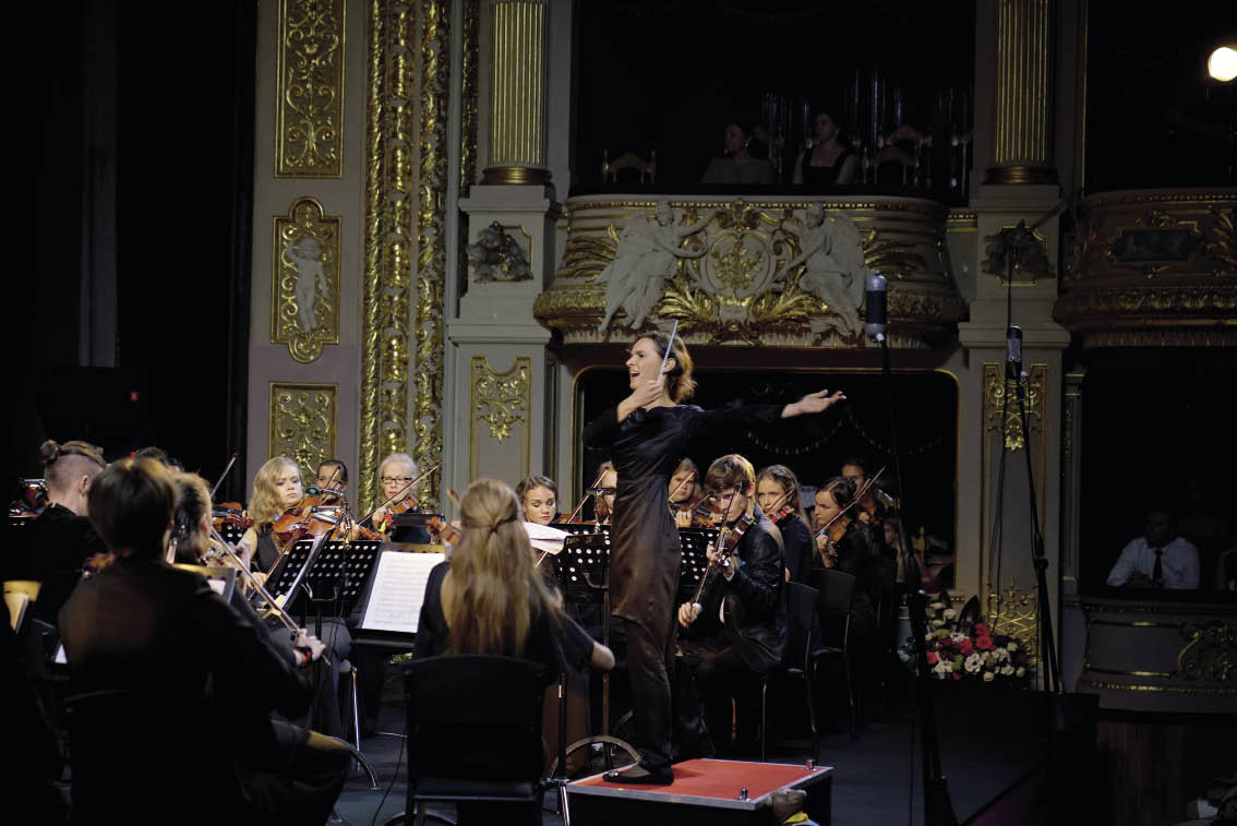 диригент оксана линів та оркестр