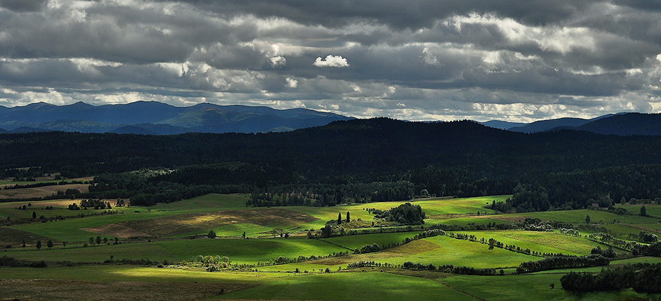 Зелена долина та хмари
