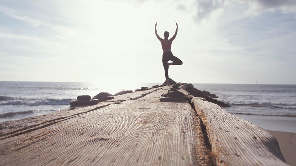йога на березі моря
